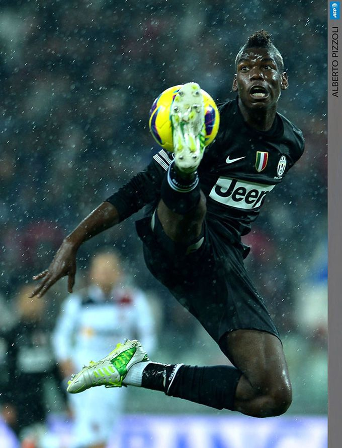 uventus' French midfielder Paul Pogba controls a ball during the Italian Serie A football match between Juventus and Bologna on October 31, 2012.