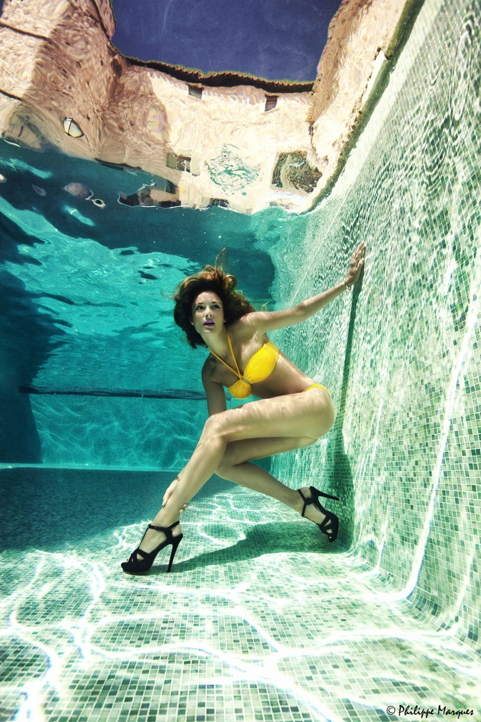 Underwater fashion picture in the pool of the Villeneuve-Minervois'Castel