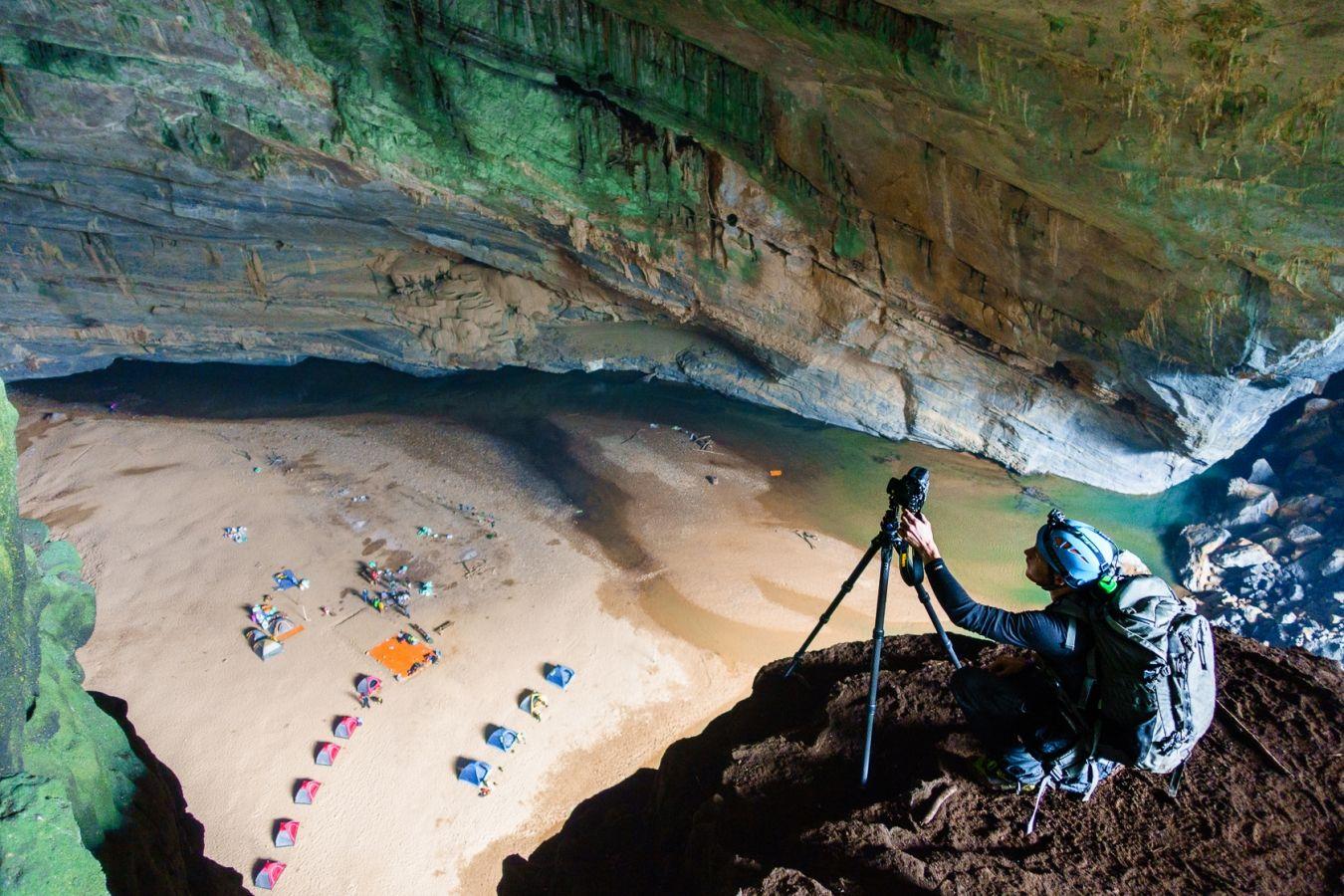 Martin Edström capturing a 360-image from above Hang En